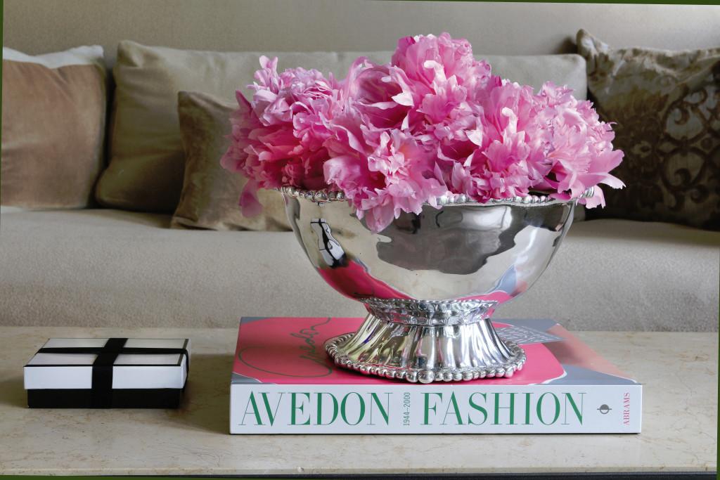 Modern Elegance_ Organic Pearl Ava Pedestal