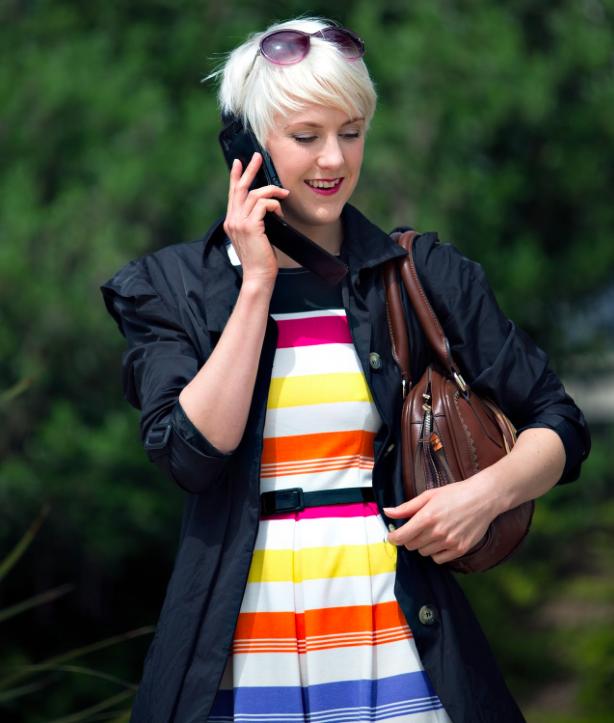summer-looks-https://pixabay.com/en/female-mobile-phone-cell-phone-850599/